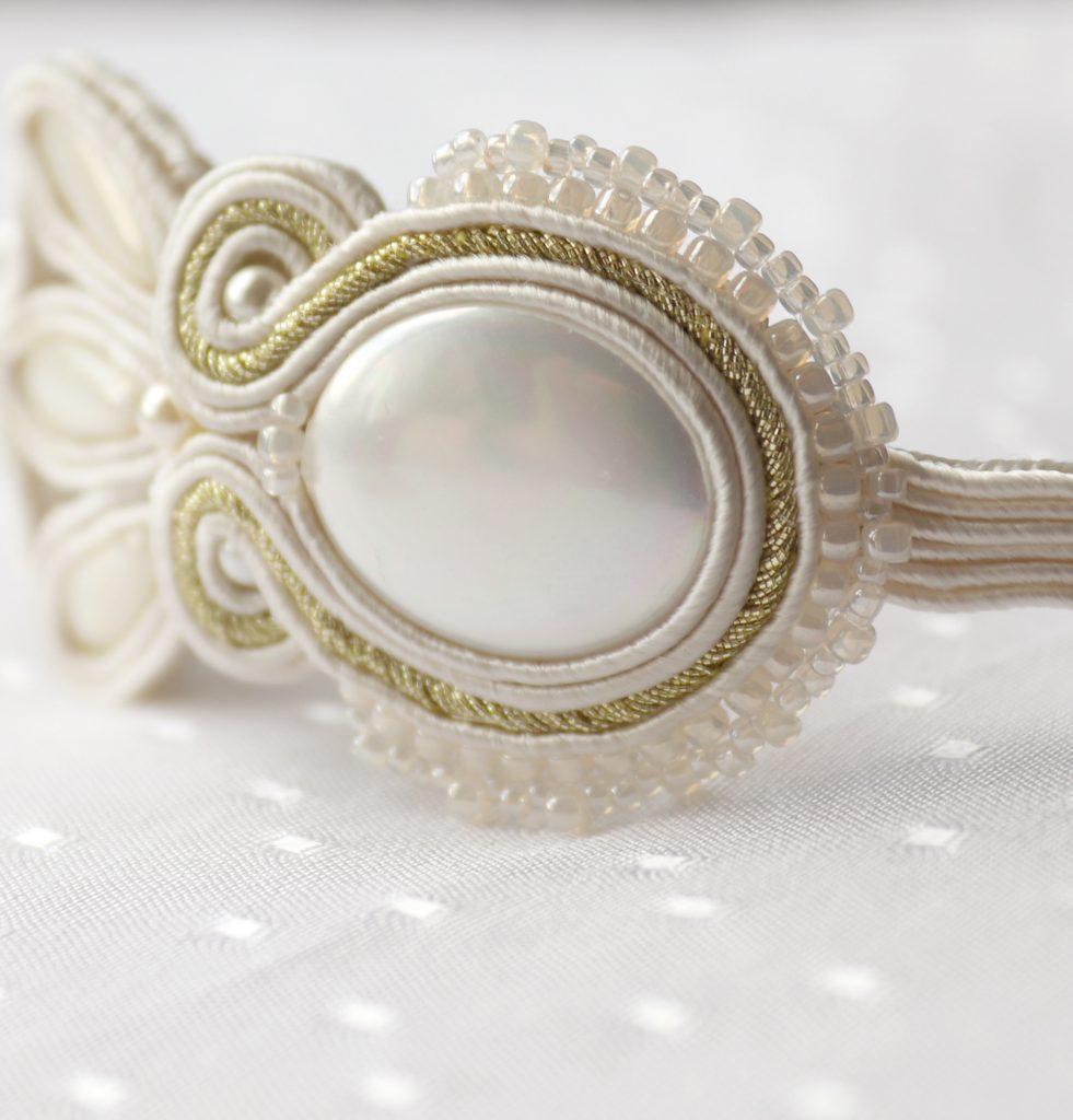 perłowa bransoletka wyszywana koralikami haft sutasz