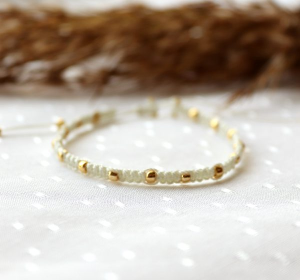 kremowa pleciona bransoletka ze złotymi koralikami (1)