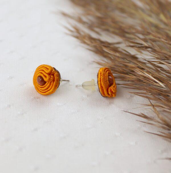 pomarańczowe kolczyki na sztyfcie z piaskiem pustyni